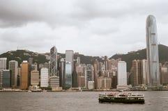 Sternfährereiseflüge ruhig unter Hong- KongSkylinen lizenzfreie stockfotos