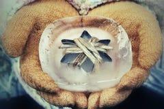 Sternförmig im Eis an Hand Stockbilder