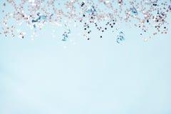 Sternförmige silberne Paillette und silberne Bänder über blauem Hintergrund Kopieren Sie Platz Stockfoto