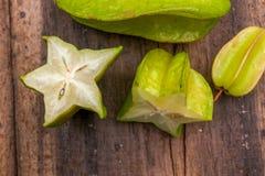 Sternfrucht auf hölzernem Hintergrund Lizenzfreie Stockfotografie
