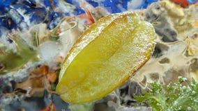 Sternfrucht Carambola eingefroren im Eiswürfel stock video