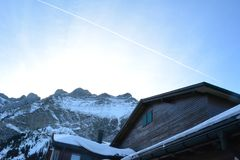 Sternschnuppenkreuz durch Winterhimmel lizenzfreies stockfoto