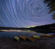 Sternspuren mit Aurora Borealis lizenzfreie stockfotos