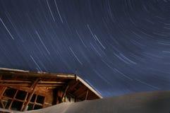 Sternspuren und begraben im Schneegebäude lizenzfreies stockbild