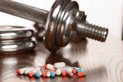 Steroid pillen met domoor waight op de achtergrond die - binnen smeren royalty-vrije stock fotografie