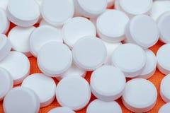 Steroidal podżegający leki Acetaminophen białe pastylki na pomarańcze obraz royalty free