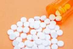 Steroidal podżegający leki Acetaminophen białe pastylki na pomarańcze zdjęcia royalty free