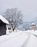 Österreichischer alpiner Weg auf Winterzeit mit Schneefällen Stockfoto