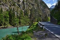 Österreichisches Alpe-Fluss-Gasthaus Stockfotos