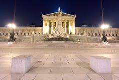 Österreichisches Parlament in Wien nachts Stockbild