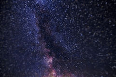 Sterren in nachthemel, heelal, melkachtige manier, lawaai in de foto, Altai, Siberië, Rusland stock afbeelding