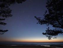 Sterren van de nachthemel en melkachtige manier die, Auriga constellatie de waarnemen stock afbeelding