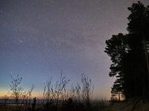 Sterren van de nachthemel en melkachtige manier die, Cassiopeia-constellatie de waarnemen stock foto