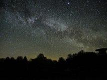 Sterren van de nachthemel en melkachtige manier die, de constellatie van Perseus van de vooruitzichttoren de waarnemen stock foto's