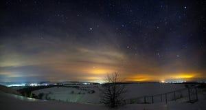 Sterren van de nachthemel met wolken Sneeuw de winterlandschap Stock Foto's