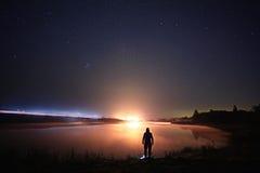 Sterrig het meerlandschap van de nachthemel Stock Foto