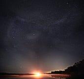 Sterrig het meerlandschap van de nachthemel Stock Foto's