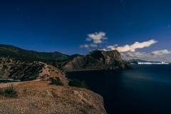 Sterrige donkerblauwe hemel, bergen en overzees in het dorp van Novy Svet in de Krim Stock Fotografie