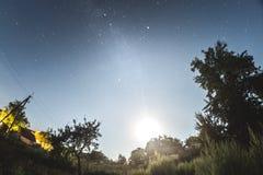 Sterrige hemel in de de zomeravond over het dorp royalty-vrije stock afbeeldingen
