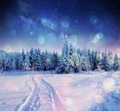 Sterrige hemel in de winter sneeuwnacht Fantastische melkachtige manier Stock Afbeelding