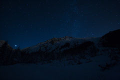 Sterrige nacht in bergen Royalty-vrije Stock Afbeeldingen
