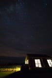 Sterrige nacht bij plattelandshuisjehuis Royalty-vrije Stock Foto
