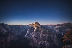 Sterrige Nacht boven Halve Koepel in het Nationale Park van Yosemite, Californ stock foto