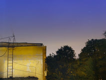 Sterrige nacht over een blok van flats Royalty-vrije Stock Foto's