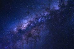 Sterrige nachthemel en melkachtige maniermelkweg met sterren en ruimtestof stock foto's