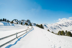 Österrikiska fjällängar i vintern Arkivbild
