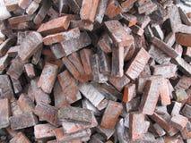 Sterta łamane czerwone cegły na ziemi, stary cegły tekstury tło obrazy stock