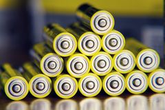 Sterta żółtych AA baterii koloru zamknięty up abstrakcjonistyczny tło Fotografia Stock