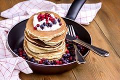 Sterta Amerykańscy bliny z Cranberry i czarną jagodą na niecki Drewnianego Nieociosanego tła śniadania kopii Smakowitej przestrze Zdjęcie Royalty Free
