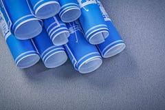 Sterta błękit staczał się w górę budowa planów na popielatym tle ma Obrazy Stock