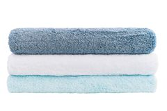 Sterta błękitni i biali ręczniki odizolowywający nad bielem Zdjęcie Royalty Free
