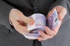 Sterta banknoty euro w jego ręce Zdjęcie Stock