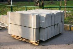 Sterta betonowej drogi krawężniki w jardzie dla przeglądu chodniczek, organizującego miejską zakład użyteczności publicznej usług fotografia stock