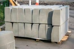 Sterta betonowej drogi krawężniki w jardzie dla przeglądu chodniczek, organizującego miejską zakład użyteczności publicznej usług fotografia royalty free