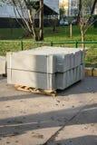Sterta betonowej drogi krawężniki w jardzie dla przeglądu chodniczek, organizującego miejską zakład użyteczności publicznej usług obrazy stock