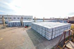 Sterta betonowi bloki zbliża budynek fabrykę Zdjęcia Royalty Free