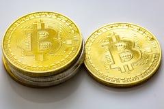 Sterta bitcoins i inne crypto waluty na białym stole obrazy stock