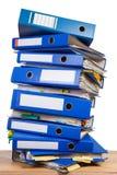 Sterta biurowe falcówki na stole zdjęcie stock