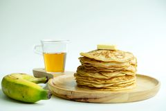Sterta bliny z miodowym syropem, masłem i bananem, obrazy stock