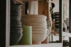 Sterta ceramiczni talerze na wygodnym plecy zdjęcie stock