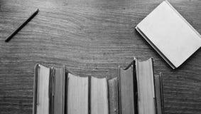 Sterta ciężki plecy rezerwuje na drewnianym stole Obraz Stock