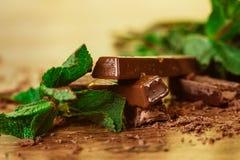 Sterta czekolada kawałki z liściem mennica na drewnianym tle zdjęcie royalty free