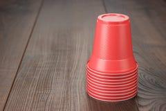Sterta czerwone plastikowe filiżanki na stole obraz royalty free