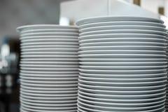 Sterta czyści biel talerze w restauracji Wydarzenie przygotowywa szczegóły obrazy royalty free
