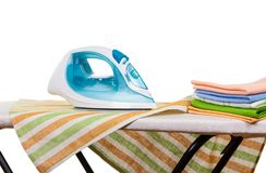 Sterta czyści ręczniki i żelazo na prasowanie desce odizolowywającej na bielu Zdjęcie Stock