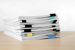 Sterta dokumenty na stole fotografia stock